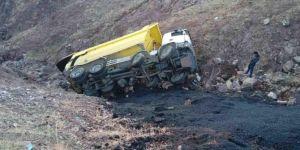 Asfalt çalışması yapan kamyon uçuruma yuvarlandı