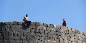 Diyarbakır'da surlarda intihar etmek isteyen kişiyi vatandaş ikna etti