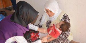 """""""Sağlıklı bebekler"""" için köy ve mezraları dolaşıp aşı yapıyorlar"""