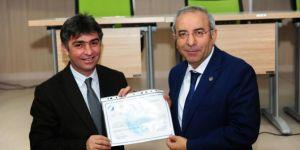 Van Yüzüncü Yıl Üniversitesi Rektörü Peyami Battal personele iş sağlığı ve güvenliği sertifikası verdi