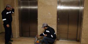 87 bin asansörde kırmızı etiket var