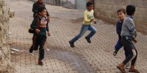 Sınır köyünde çocuklar bombardıman sesleri altında oyun oynuyor