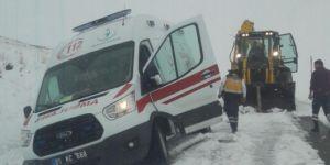 Ambulanslar karda mahsur kaldı