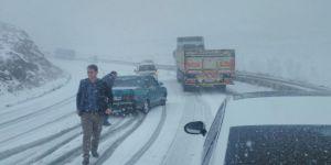 Kar yağışı nedeniyle sürücüler Van-Başkale karayolunda mahsur kaldı