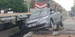 Diyarbakır'da tren otomobile çarptı: 3 yaralı