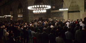 Tarihi Ulu Camii'nde ilk teravih namazı kılındı