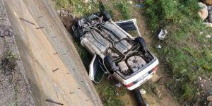 Hafif ticari araç uçuruma yuvarlandı: Biri ağır 3 yaralı