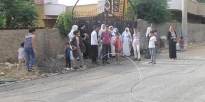 Mahalleli elektrik kesintilerine isyan ediyor
