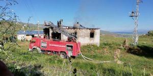 Van Muradiye'de engelli kızını hastaneye götürdüğü sırada evi yandı