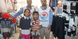 Yetimler Vakfı Bismil'de muhtaç çocukları giydirdi
