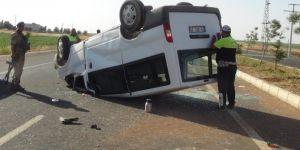 Çınar'da minibüs takla attı: 1'i ağır 4 yaralı