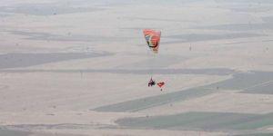 Mardin Derik'te 15 Temmuz şehitlerini paraşütle atlayarak andılar