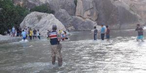 Adıyaman'da Kahta Çayında mahsur kalan aileleri halat ile kurtardılar