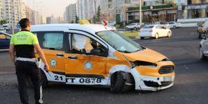 Diyarbakır Kayapınar'da hafif ticari araç taksiye çarptı: 3 yaralı