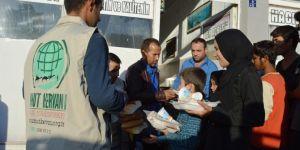 Umut Kervanı Bitlis Tatvan'da Afgan mültecilere yemek dağıttı