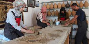 Van'da üniversite öğrencileri geleneksel yöntemle çömlek yapımını öğreniyor