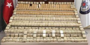 Van Gevaş'ta 140 kilo eroin ve kaçak cep telefonu ele geçirildi