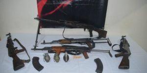 Van Edremit'te dere yatağında silah ve el bombası bulundu