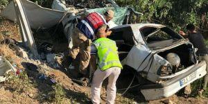 Elazığ'da otomobil şarampole yuvarlanıp direğe çarptı: 1 ölü 2 yaralı