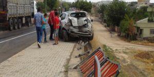 Çınar'da kontrolden çıkan otomobil bariyerlere çarptı