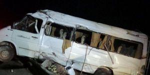 Tarım işçilerini taşıyan minibüs devrildi: 15 yaralı