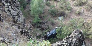 Bingöl'de 100 metrelik uçuruma yuvarlanan araçtan sağ kurtuldu
