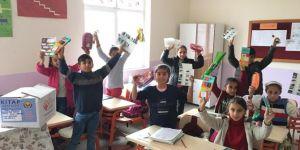 Köy okuluna kütüphane bağışı