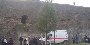Diyarbakır'da tarihi surlardan düşen baba ve oğul ağır yaralandı