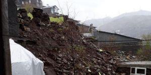 Aşırı yağışlar nedeniyle bir ev yıkıldı