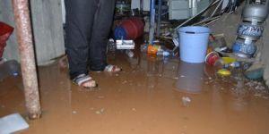 Şiddetli yağış nedeniyle evleri su bastı