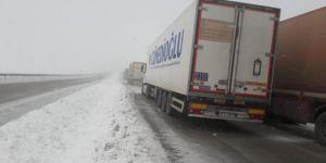 Ağrı'da yoğun kar yağışı karayolunda ulaşımı aksatıyor