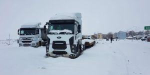 Bingöl-Erzurum yolu kar nedeniyle ulaşıma kapandı