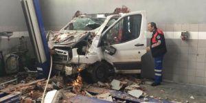 Elazığ Kovancılar'da araç duvarı delerek iş yerine girdi: 3 yaralı