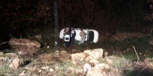 Yoldan çıkan otomobil 20 metre yükseklikten yuvarlandı