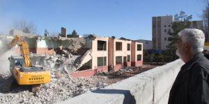 Yarım asırlık Midyat Fatih İlkokulu hüzünlü bakışlar altında yıkıldı