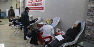 Muş'ta eczacılar Kızılay'a kan bağışladı