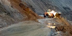 Kozluk'ta heyelan nedeniyle kapanan yollar temizlenmeye devam ediyor