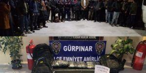 Minibüsten 38 göçmen ve 11 kilo esrar çıktı