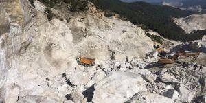 İşçilerin üzerine kaya düştü: Bir ölü