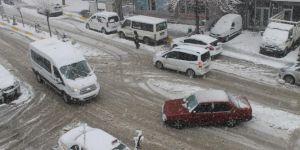 Sürücüler kar ve buzlanma nedeniyle zorluk çekti