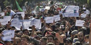 Cezayir'de on binlerce kişi Buteflika'yı protesto etti