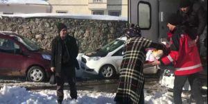 Karlıova'da kar nedeniyle mahsur kalan hastalar hastaneye ulaştırıldı