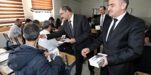 Van Büyükşehir Belediyesi okullarda kitap dağıtıyor