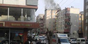 Bağlar'da apartman çatısında çıkan yangın korkuttu
