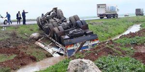 Nusaybin'de şarampole yuvarlanan kamyon hurdaya döndü