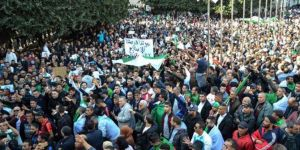 Cezayir halkı Buteflika'nın istifası için sokaklarda