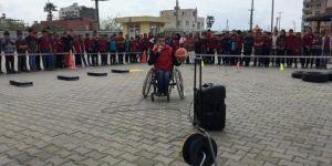 İskenderun'da öğrenciler engelli olmanın zorluklarını sergiledi