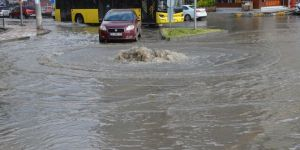 Diyarbakır'da aşırı yağış sonrası rögar kapakları taştı