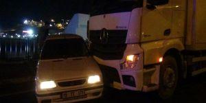 Çınar'da kamyon önüne aldığı arabayı metrelerce sürükledi