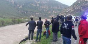 Siirt-Eruh Karayolu'nda otomobil Botan Çayına uçtu